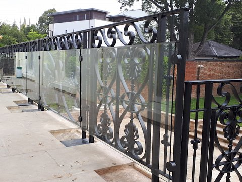 The balustrade along the balcony was fully glazed using 10mm thick clear safety glass to prevent entrapment.